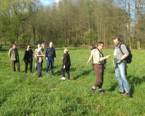 Uczestnicy spotkania na łąkach w Uroczysku Miodary